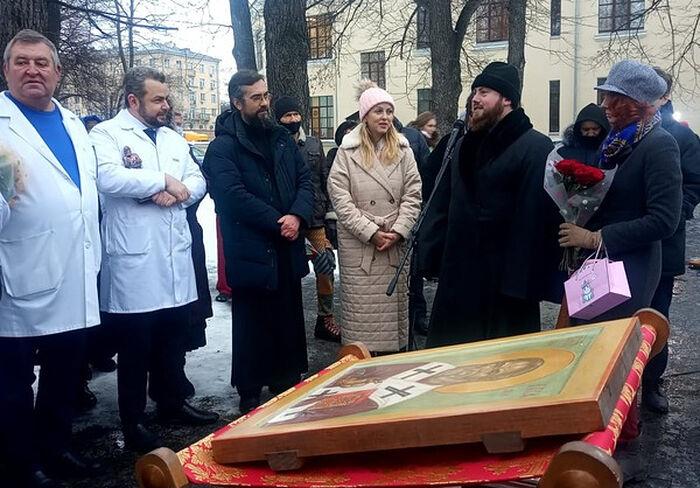 Директор и главный врач Больницы Святителя Алексия Алексей Заров на освящении скульптуры святителя Луки Крымского