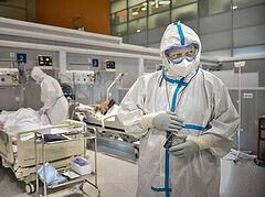 Епископ Орехово-Зуевский Пантелеимон посетил больных с коронавирусом во временном госпитале на ВДНХ в Москве
