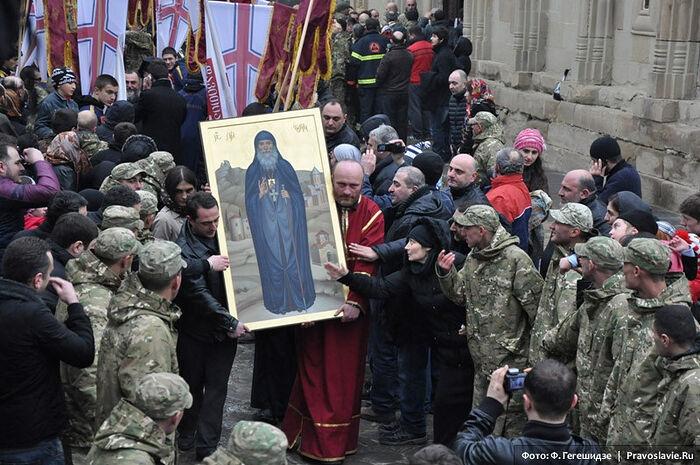 Во время обретение мощей преподобного старца Гавриила (Ургебадзе). Фото: Фридона Гегешидзе / Православие.Ru