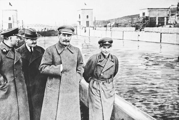 Климент Ворошилов, Вячеслав Молотов, Иосиф Сталин и Николай Ежов (слева направо) на канале Москва – Волга имени Сталина. 1937 год