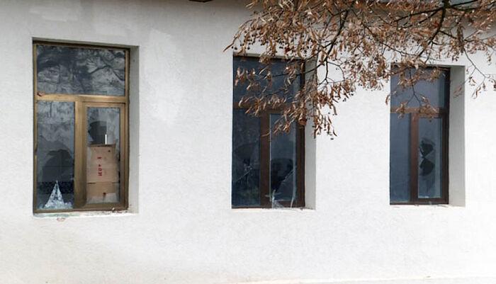 Косово: cербскую начальную школу забросали камнями
