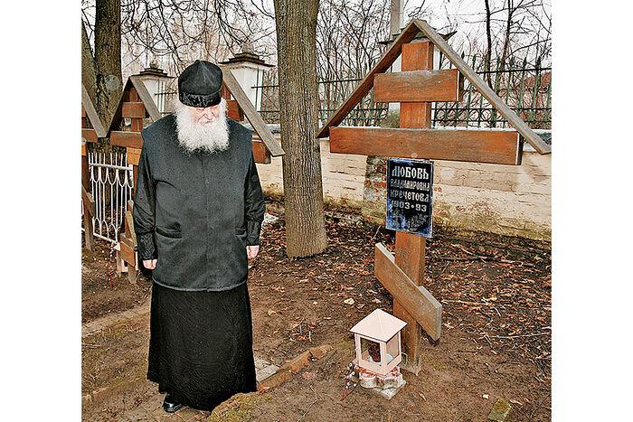 Протоиерей Валериан Кречетов у могилы матери