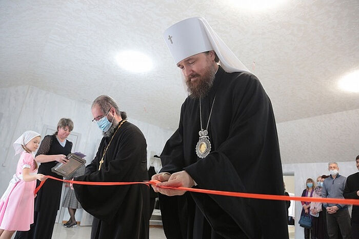 Митрополит Челябинский и Миасский Григорий и протоиерей Георгий Артарьян разрезают ленточку