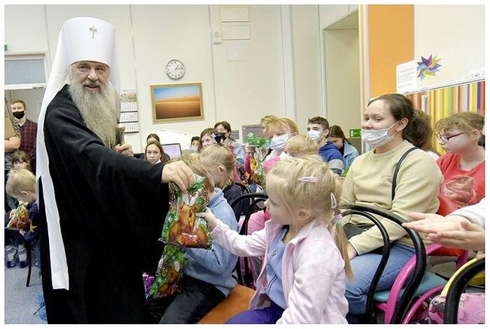 Митрополит Санкт-Петербургский и Ладожский Варсонофий передает подарки пациентам детской больницы №2 Санкт-Петербурга