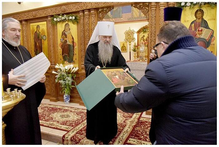 Митрополит Санкт-Петербургский и Ладожский Варсонофий передает икону в дар больничному храму в честь равноапостольной Марии Магдалины