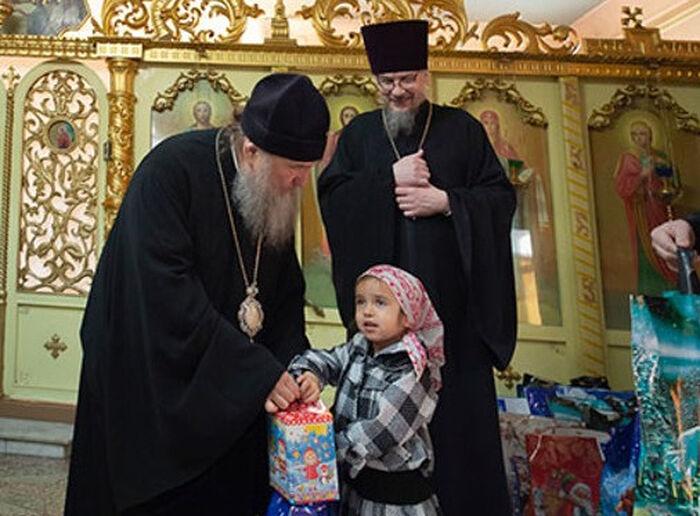 Митрополит Астанайский и Казахстанский Александр передает подарки воспитанникам детского дома «Солнышко»