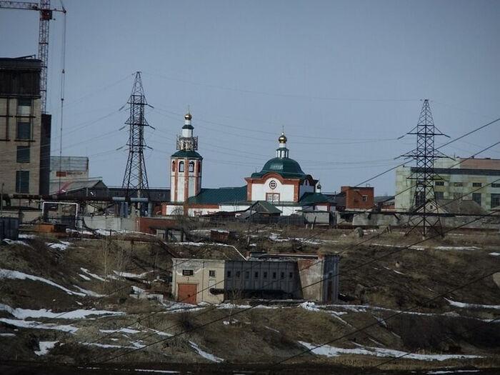 Храм в Березниках среди заводов