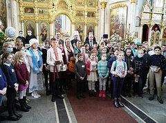 Ο Έξαρχος Λευκορωσίας με παιδιά από το Τσέρνομπιλ