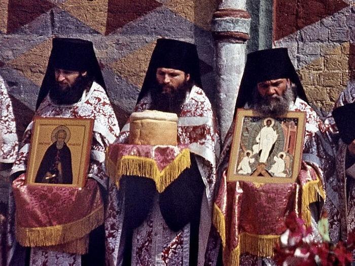 Отец Афанасий (Алафинов) с иконой Воскресения Христова. 1984 г.