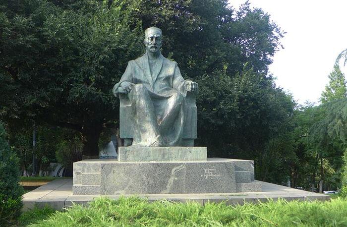 Памятник Эквтиме Такаишвили в тбилисском парке Вере