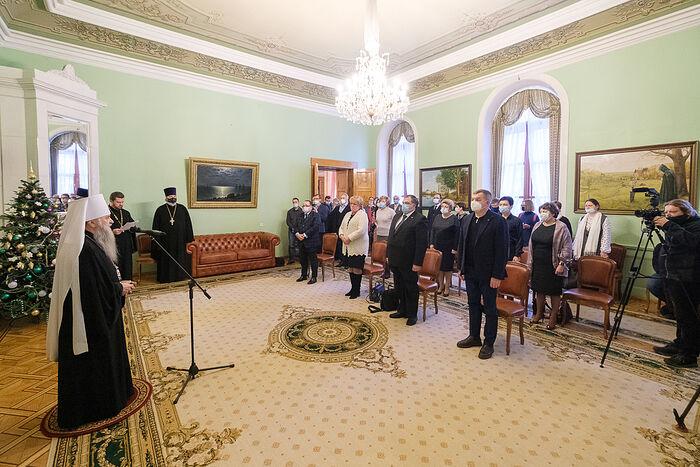 Митрополит Санкт-Петербургский и Ладожский Варсонофий вручает Патриаршие награды медикам Санкт-Петербурга