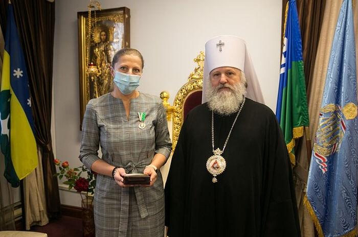 Митрополит Ханты-Мансийский и Сургутский Павел вручает Патриаршие награды медикам в Ханты-Мансийске