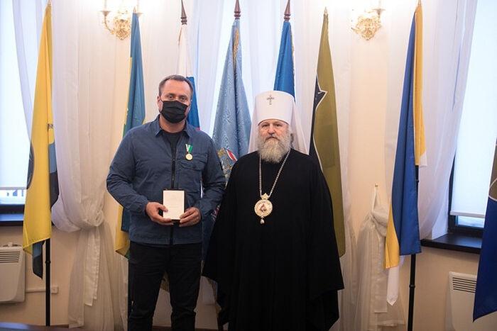 Митрополит Ханты-Мансийский и Сургутский Павел вручает Патриаршие награды медикам в Сургуте