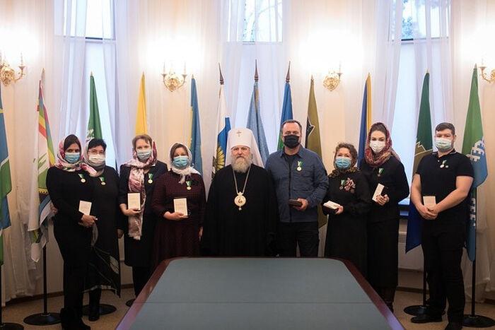 Митрополит Ханты-Мансийский и Сургутский Павел с медиками, получившими Патриаршие награды в Сургуте