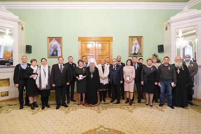 Митрополит Санкт-Петербургский и Ладожский Варсонофий с медиками, получившими Патриаршие награды