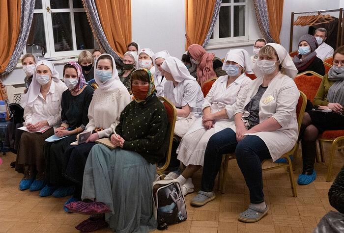 Слушатели очного курса «Младшая медицинская сестра по уходу за больными» в Учебном центре Больницы Святителя Алексия. Фото: Александр Басалаев