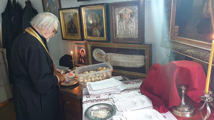 Отец Евгений Пелешев совершает поминовение накануне Радоницы
