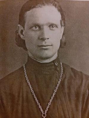 Отец Евгений Пелешев. Батюшка только с годами отпустил бороду, прокомментировав «Матушка, наконец, разрешила»