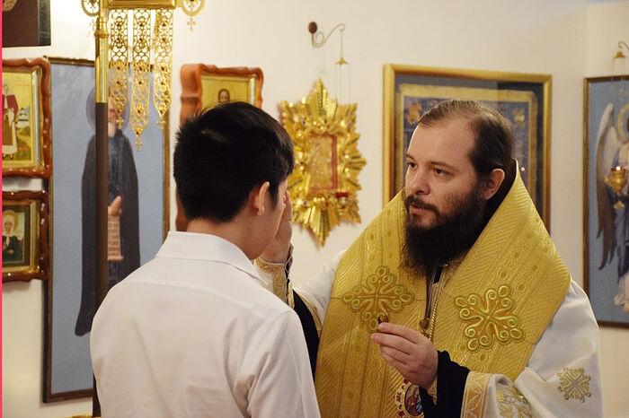 Епископ Джакартский Питирим присоединяет Джошуа к Православной Церкви