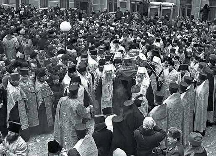 Рака со святыми мощами преподобного Серафима Саровского прибыла в Москву. Крестным ходом их переносят в Богоявленский Елоховский собор.