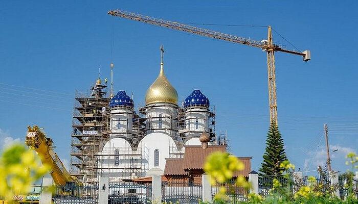 Εγκατάσταση τρούλων και σταυρών του ιερού ναού του Αγίου Νικολάου της ρωσικής τεχνοτροπίας στη Λεμεσό. Πηγή: ρωσόφωνη κοινότητα στη Λεμεσό