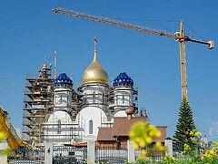 Αγιασμός σταυρών και εγκατάσταση τρούλων του υπό κατασκευή ιερού ναού ρωσικής τεχντοτροπίας στην Κύπρο