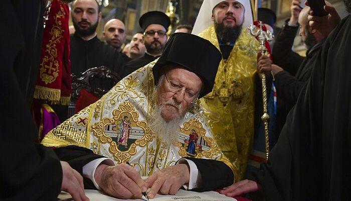 Ο επικεφαλής του Φαναρίου πατριάρχης Βαρθολομαίος υπογράφει τον Τόμο της «Ορθοδόξου Εκκλησίας της Ουκρανίας». Πηγή: president.gov.ua