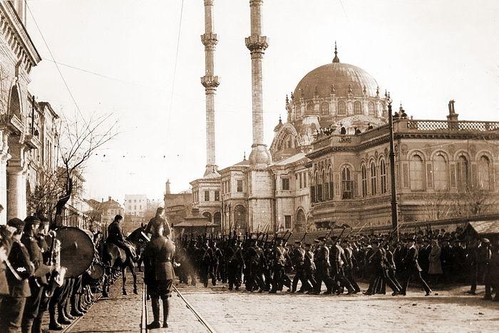 Βρετανικά στρατεύματα παρελαύνουν στην Κωνσταντινούπολη, μπροστά από το τζαμί Νουσρετίγιε στην περιοχή Τοπχανέ