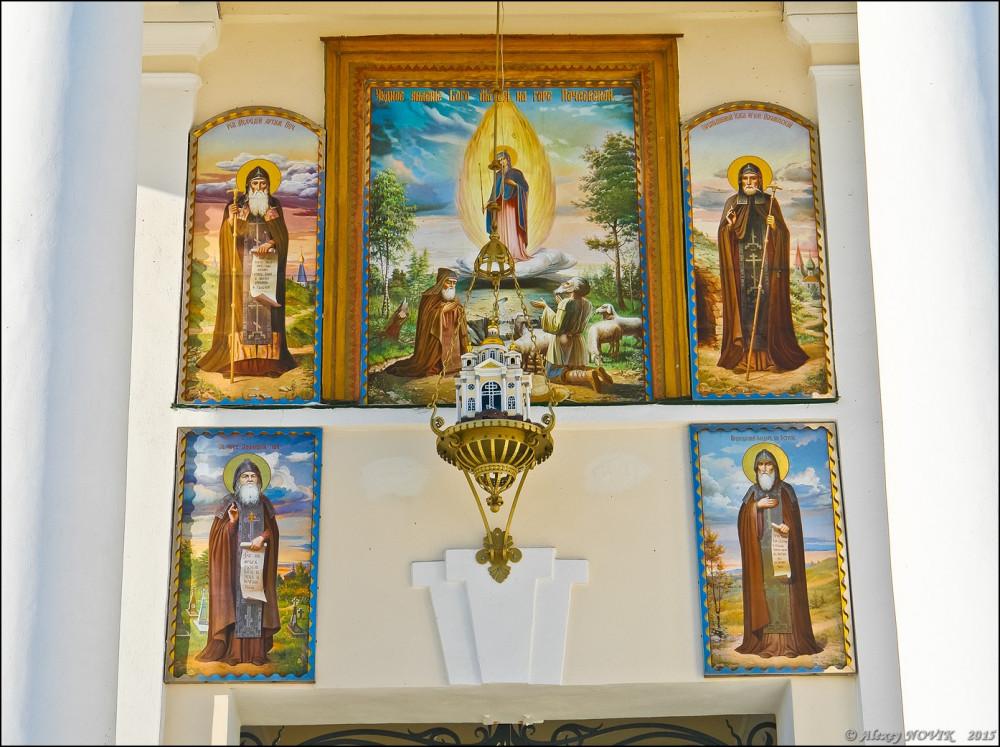 Οι άγιοι υποδέχονται τους επισκέπτες