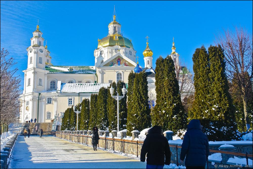Δρομάκι προς το Καθολικό της Μονής, τον καθεδρικό Ναό της Κοιμήσεως της Θεοτόκου
