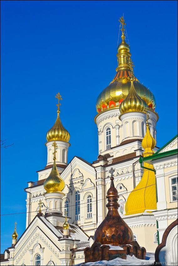 Οι τρούλοι. Ο Ναός είναι υπό ανοικοδόμηση κι ένας τρούλος δεν έχει φιλοτεχνηθεί ακόμα με χρυσό