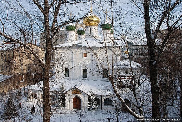 Вид на храм из окна семинарии