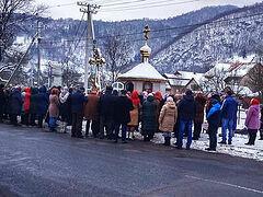 Ukrainian faithful brave freezing temperatures praying outside after losing church to schismatics (+VIDEO)