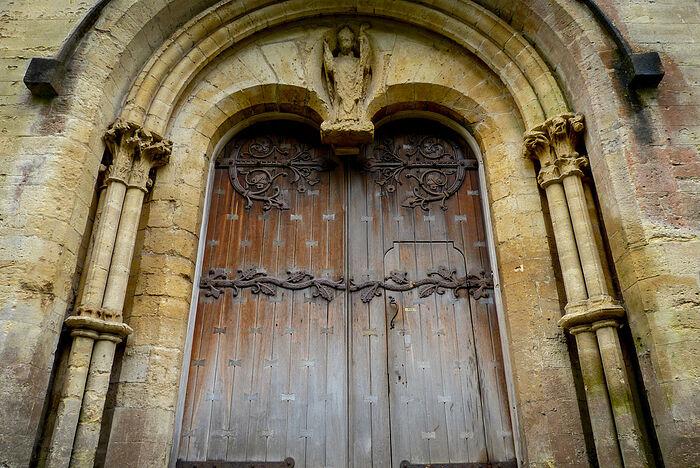 Дверь западного фасада Лландаффского собора, видна статуя свт. Тейло