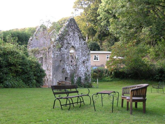 Руины нормандской монастырской церкви в Пеналли, Уэльс (источник - Geograph.org.uk)