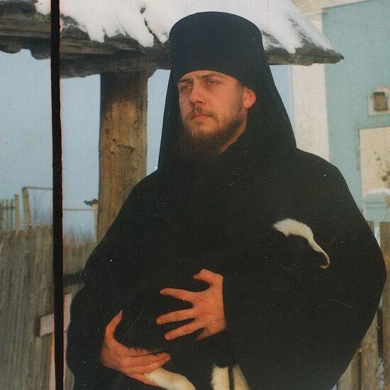 Ο πατήρ Σέργιος με ένα αρνάκι
