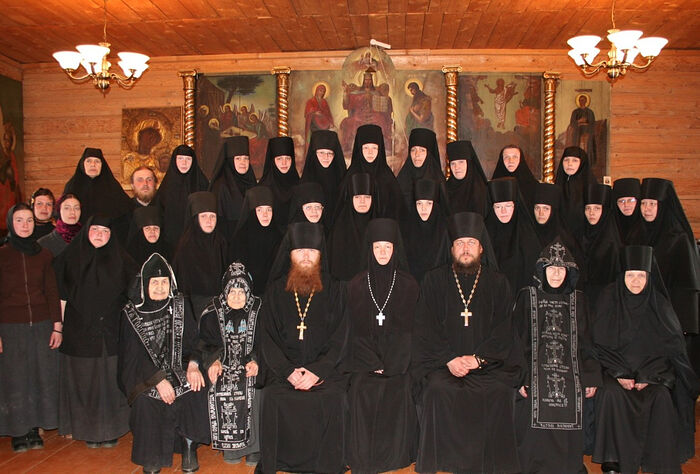 Οι αδελφές και οι ιερείς της Ιεράς Μονής της εικόνας της Παναγίας «Καζάνσκαγια» και του Οσίου Τρύφωνα του Περμ