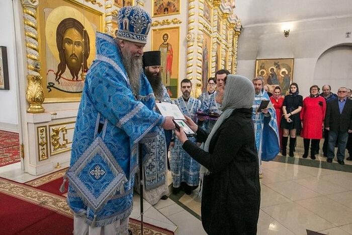 Епископ Искитимский и Черепановский Лука вручает Патриаршие награды медикам Искитима