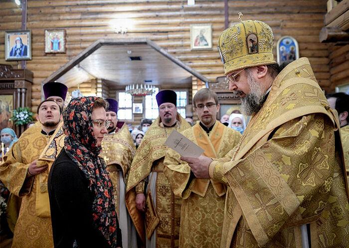 Епископ Сочинский и Туапсинский Герман вручает Патриаршие награды медикам Сочи