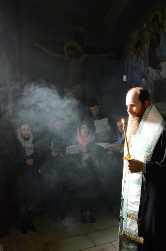 Епископ Выксунский и Павловский Варнава (правнучатый племянник свт. Серафима (Соболева)) служит заупокойную литию в крипте Патриаршего подворья в Софии