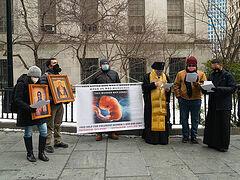 Ο Αρχιεπίσκοπος Νέας Υόρκης Μιχαήλ προσευχήθηκε έξω από την είσοδο της κλινικής εκτρώσεων
