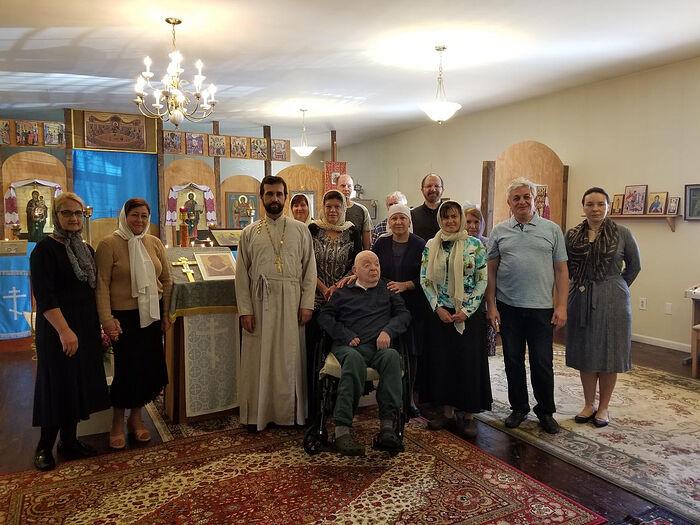 Наум Коржавин с игуменом Гавриилом и прихожанами Свято-Троицкого храма (Северная Каролина, г. Мебан)