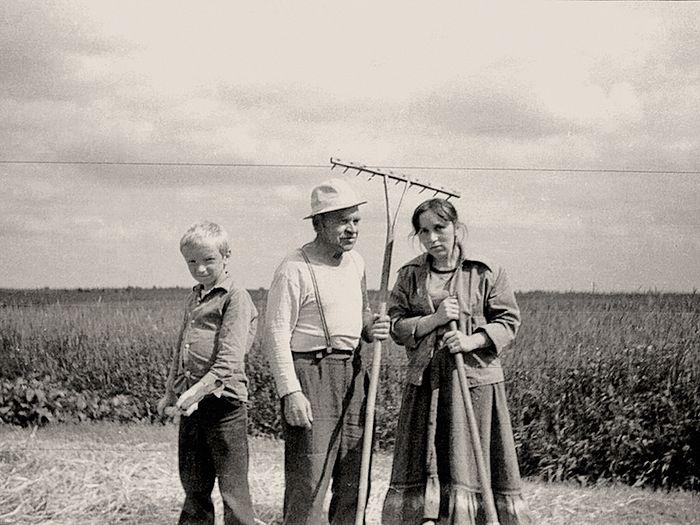 Με τον παππού και τη μητέρα. Λευκορωσία