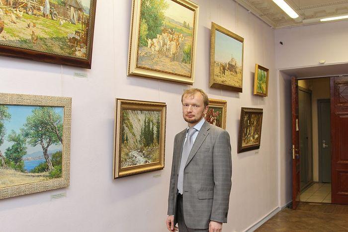 Ο Αντόν Οβσιάνικοβ στην προσωπική του έκθεση, στο μουσείο-διαμέρισμα του Ι. Ι. Μπρόντσκι. Δεκέμβριος του 2013