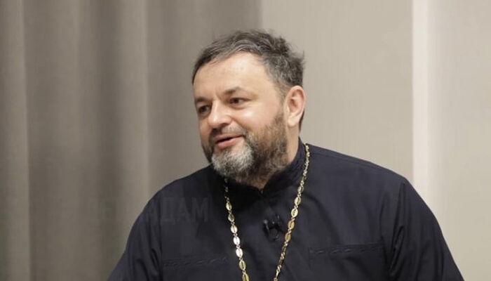 Ο γνωστός ιατρός και ιερέας Ροστισλάφ Βαλιχνόφσκι της Ουκρανικής Ορθοδόξου Εκκλησίας. Πηγή: στιγμιότυπο οθόνης από το YouTube του Oleksandr Plyska ᾿Αδάμ, ποῦ εἶ;