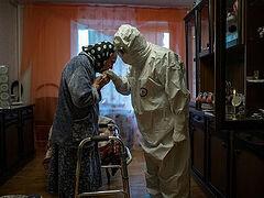 Фотография священника, посещающего прихожанку во время пандемии, признана лучшей на международном конкурсе
