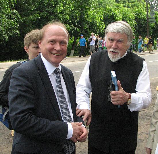 В. Толстой и В. Курбатов у Святогорского монастыря