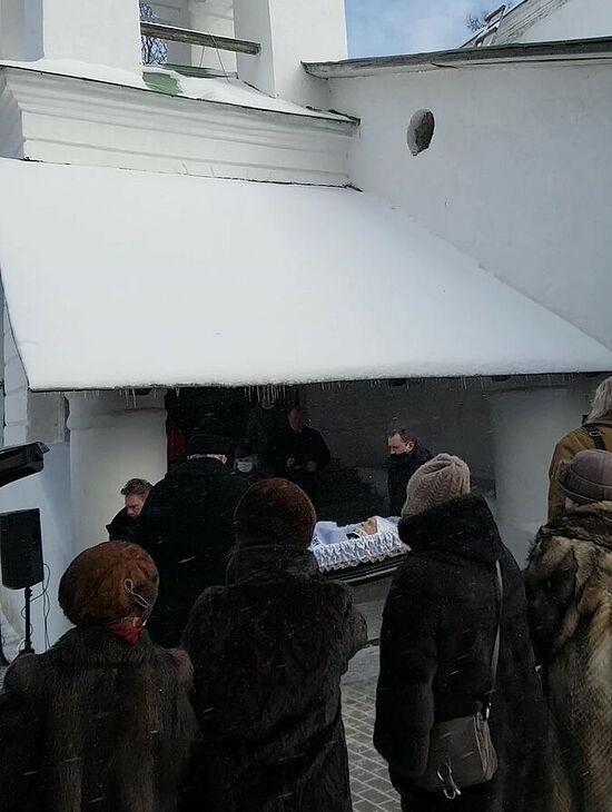 Фото у храма. Прощание с Валентином Курбатовым