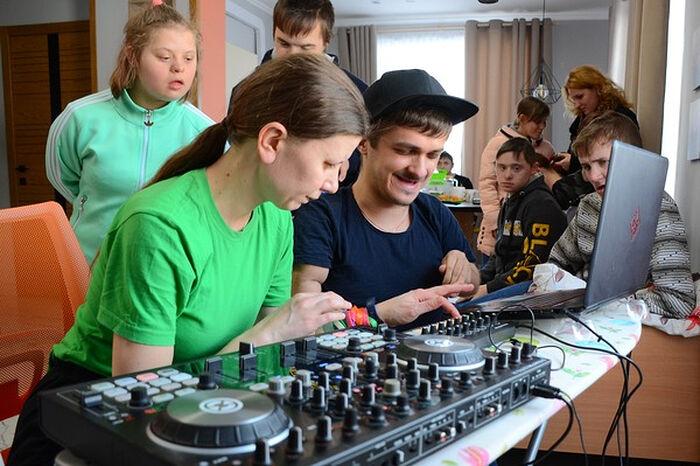 Творческие занятия с участниками первой смены детского пансиона в арт-поместье «Новые берега»