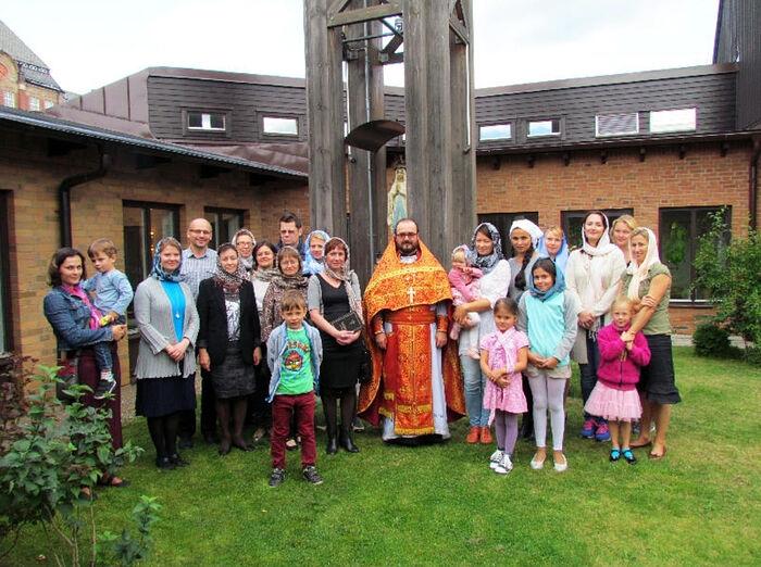 Archpriest Vitaly Babushin with the parishioners